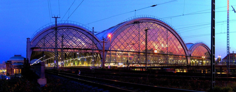 Dresdner Hauptbahnhof in der Abendsonne